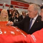 Bundespräsident der Schweiz Schneider-Ammann signiert Chiffry-Trabi